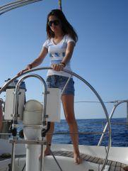 Estiu: En el veloro yendo hacia Menorca. Me gusta mucho el mar y navegar.