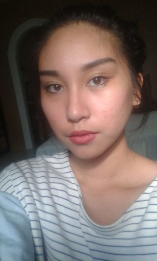 Natural Makeup : Shows face shape with natural lighting.